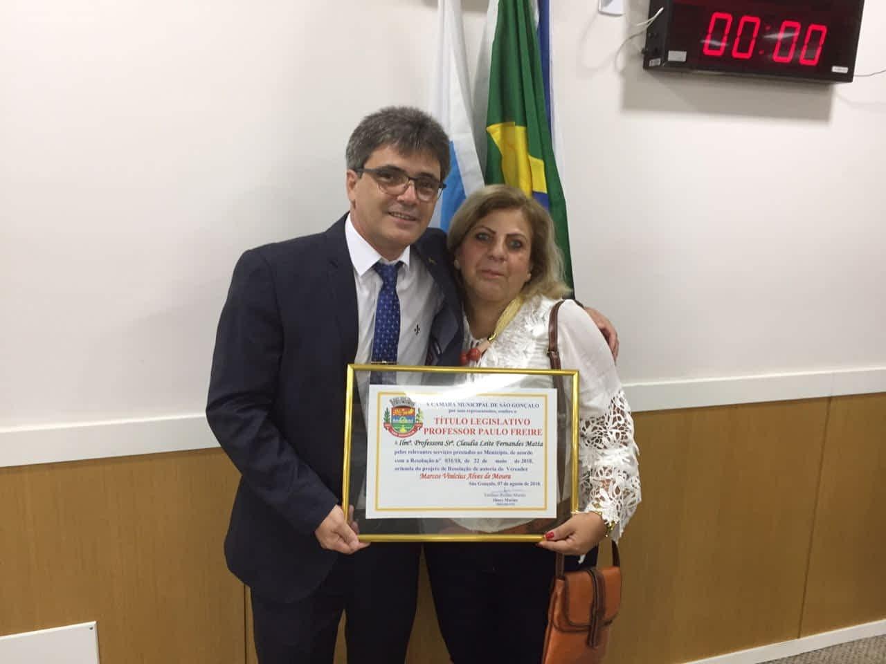 Vereador homenageia professora pelos 31 anos de dedicação à educação de São Gonçalo