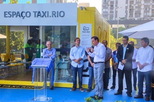 """""""Esse aplicativo é uma maneira inteligente de a gente zelar pelos nossos taxistas e, sobretudo, pelo povo. Porque do jeito que a carruagem vinha andando os táxis iriam acabar"""", disse Crivella"""