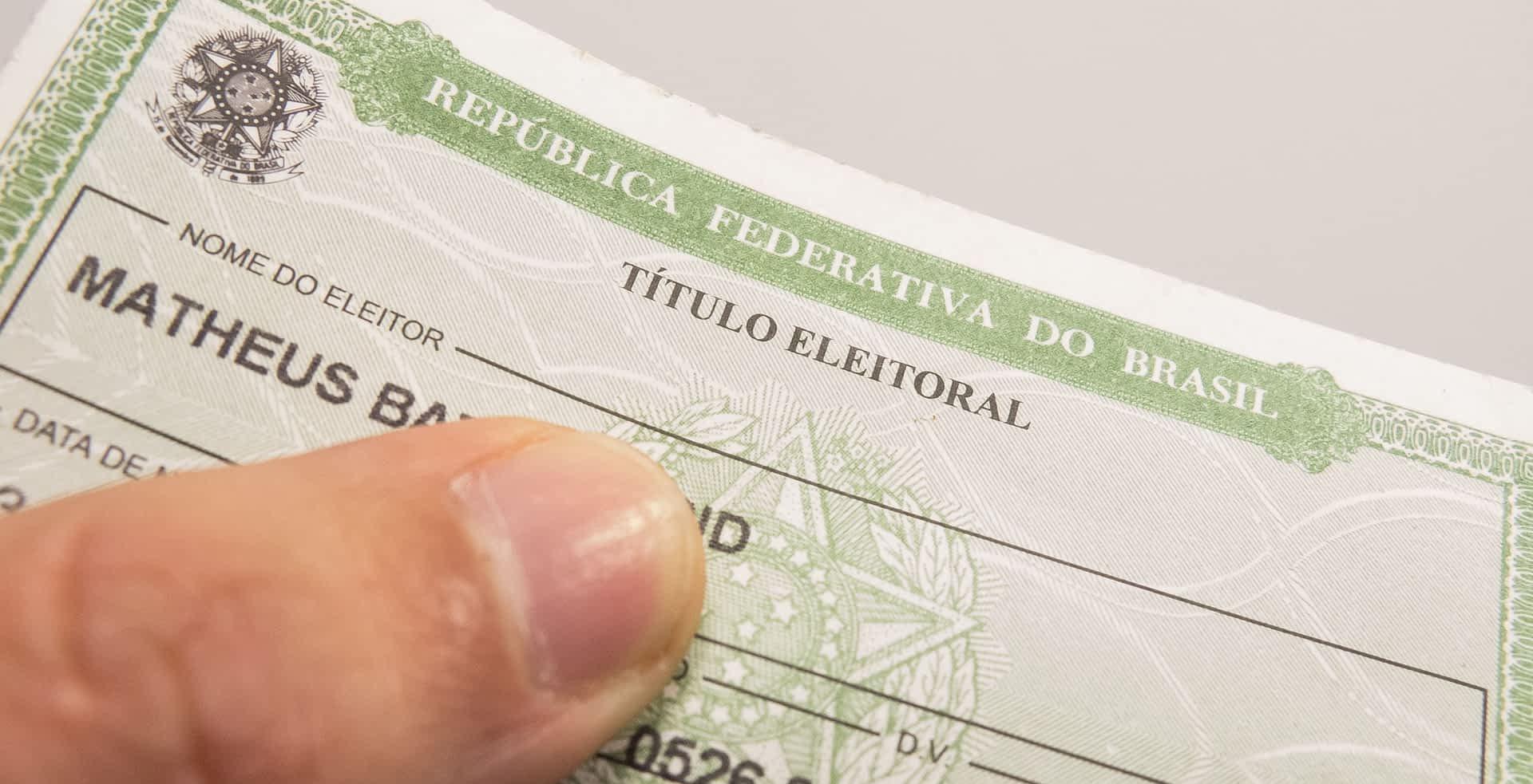 29-07-2014 - São Paulo - Brasil - Eleitor segura o titulo eleitoral. O eleitorado brasileiro cresceu 5,17% nos últimos quatro anos, saltando de 135.804.433 votantes, em 2010, para 142.822.046 eleitores, divulgou hoje (29) o Tribunal Superior Eleitoral (TSE). Foto: Rafael Neddermeyer/ Fotos Públicas